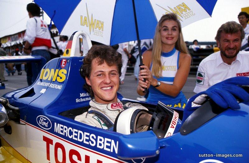 Schumacher 1990 Macau grid'inde, kız ve arka fonda sakallı Weber