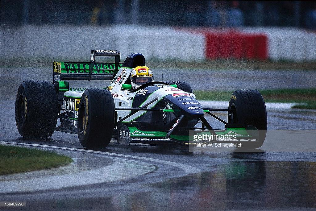 Dikkatli bak! Motor, kask ve burunda Marlboro logosu göreceksin Minardi'nin.