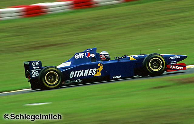 Fransız takım ve Fransız sigarası. Ligier'e Gauloises sponsor olmadan önce Gitanes vardı.