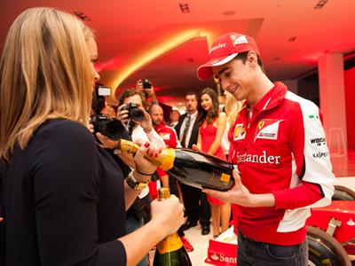 Ferrari'nin yedek pilotlarından Esteban Gutierrez Vueve Clicquot etkinliğinde 2015 Avustralya GP'sinde.