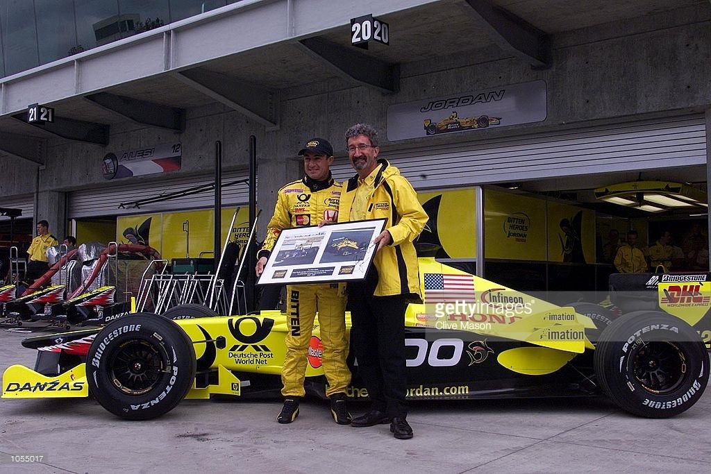 Jean Alesi'nin 200. yarışını eski patronu Eddie Jordan ile kutlamakta.