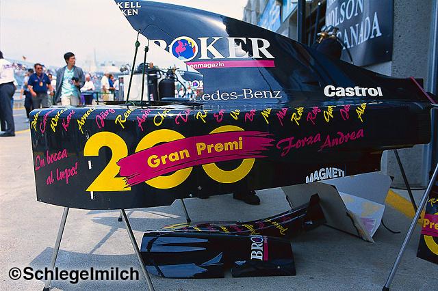 """200. yarışına 1994 Kanada'da çıkan rahmetli İtalyan pilotun kullandığı Sauber'in yan kapağında kutlama yapılıyor """"In bocca al lupo"""" """"İyi şanslar demek..."""