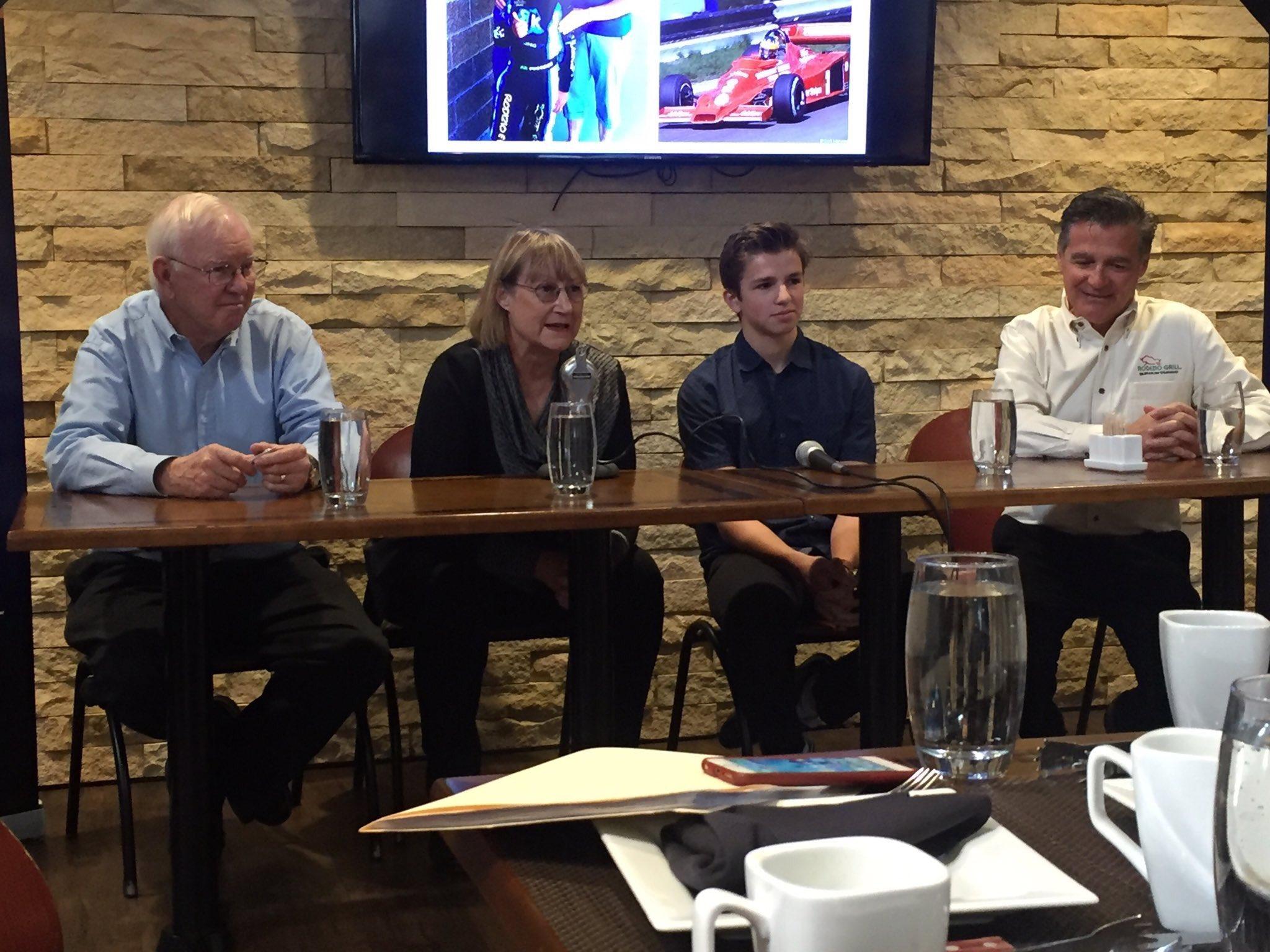 Carneiro'nun basın toplantısında yanındakiler soldan sağa doğru Alan Wilson, Denise Wilson ve genç pilotumuzun daimi destekçilerinden Utah kökenli Rodizio Grill'in kurucusu Brezilya asıllı Ivan Utrera'ymış.